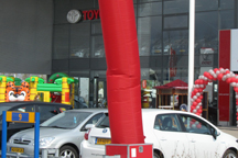 Springkussen, skytube, poffertjeskraam voor Toyota van Gent in Ede, tijdens dolle openings dagen