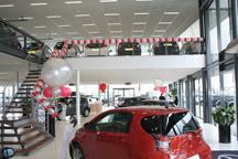 Ballonnenslinger en grote helium ballonnen in de showroom van Toyota van Gent in Ede, tijdens dolle openings dagen